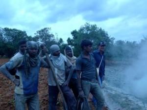 05-07-2013 - Dettaglio dei lavori di perforazione del terreno per il pozzo dell'acqua